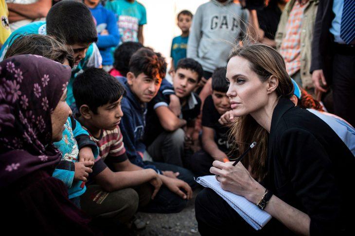 Angelina jolie junto a unos niños a los que apoya en brigadas de la UNICEF