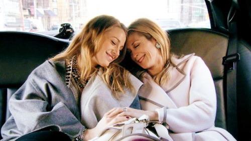 Serena y su mamá de la serie gossip girls sentadas en una limusina abrazándose