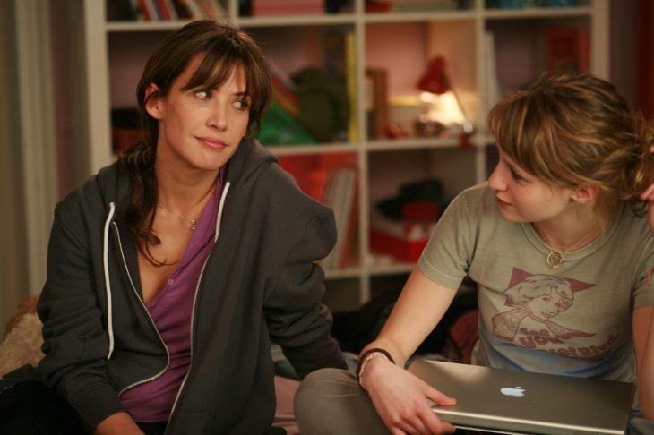 madre e hija de la película LOL conversando sentadas en una cama