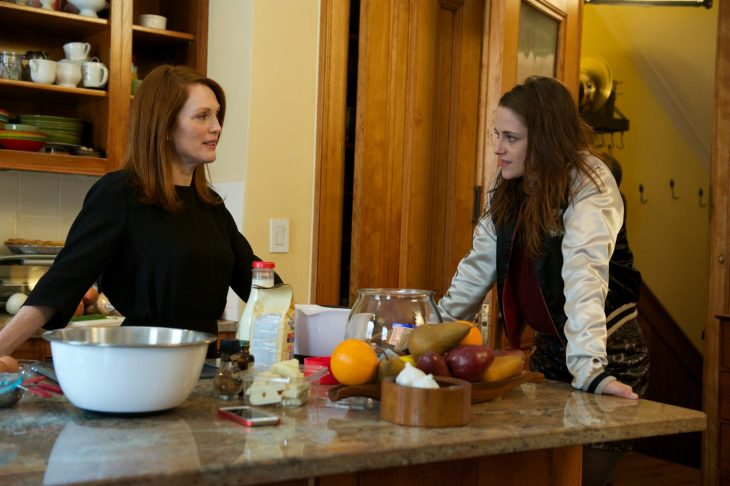 juliane more y kristen stwart en la película siempre alice conversando en la cocina de una casa