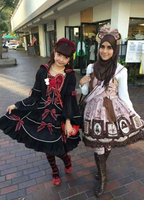 Chicas usando vestidos de color chocolat hasta la rodilla, mayas y botas de color café y hijab con moños en la cabeza