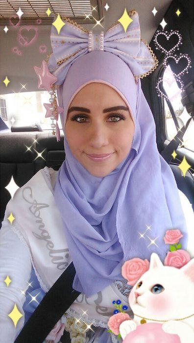Chica usando un hijab de color morado con un moño gigante en su cabeza