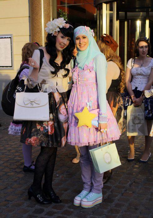 Chicas usando vestidos rococó como los de la moda lolita