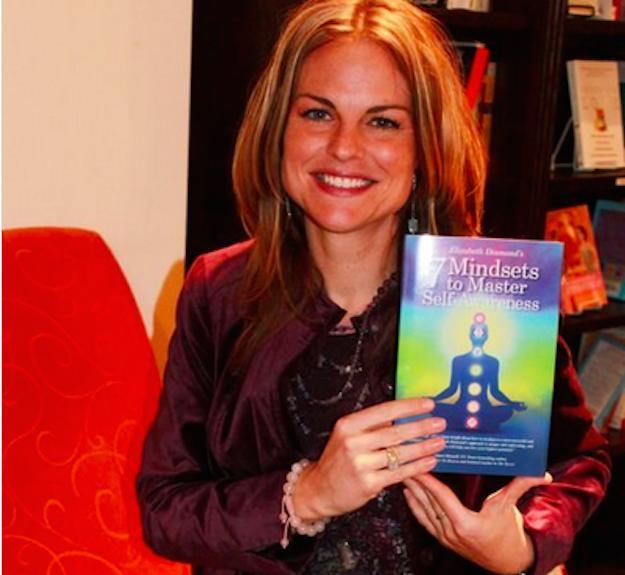 Elizabeth Diamond con un libro