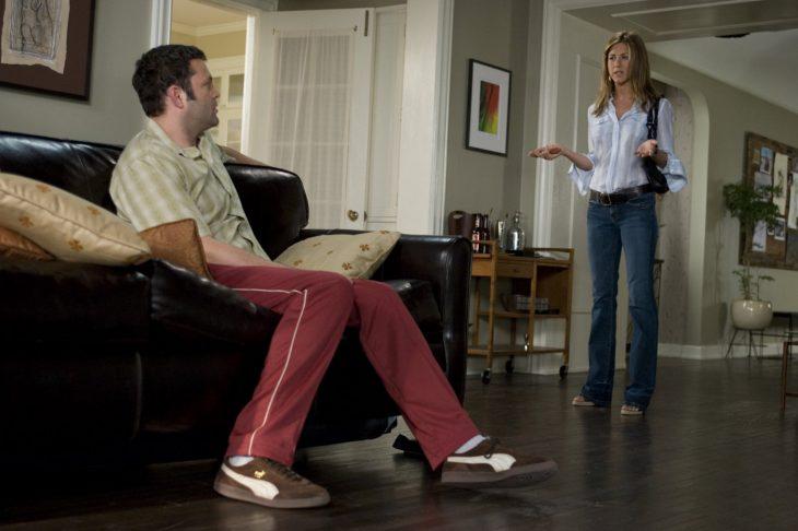 Escena de la película viviendo con mi ex jenifer aniston hablando con un hombre