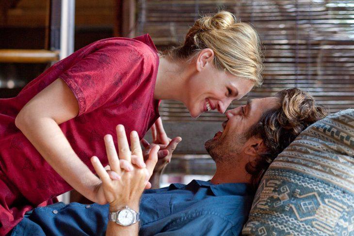 Escena de la película come reza y ama pareja recostada en un sofá