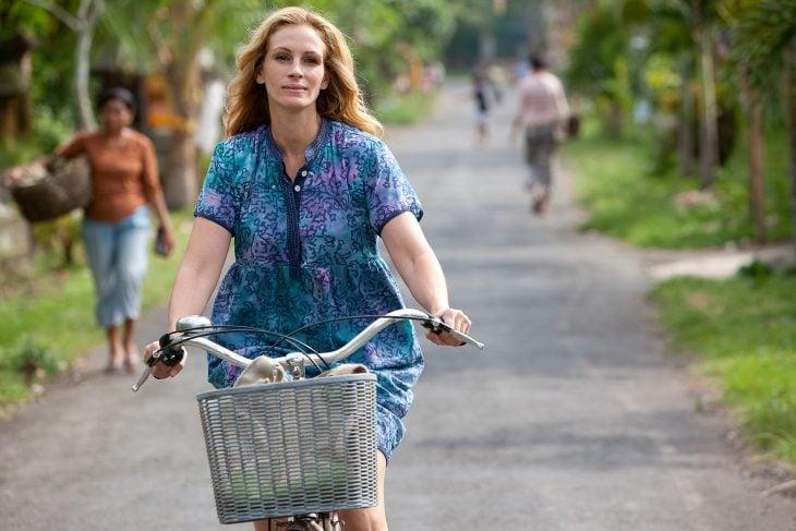 Julia Roberts en una escena de la película crece reza y ama en una bicicleta paseando