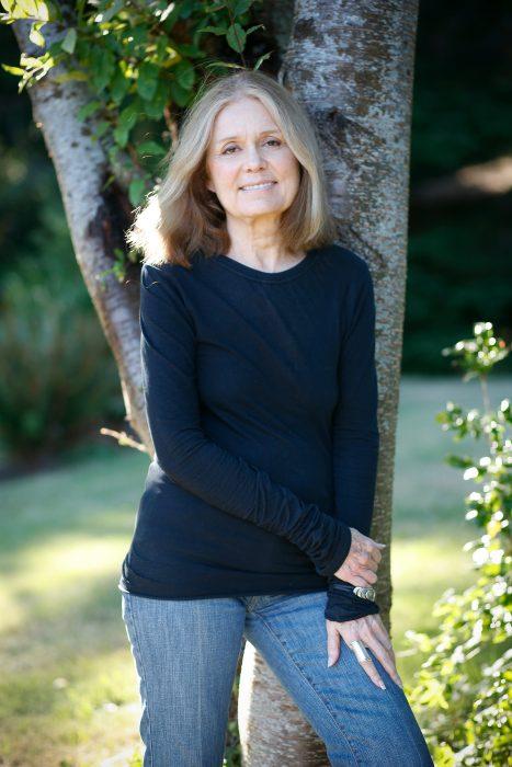 Periodista y escritora estadounidense Golria Steinem recargada sobre un árbol posando para una foto