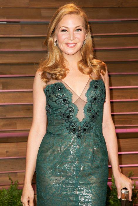 Productra Jennifer Westfeldt usando un vestido verde en una alfombra roja
