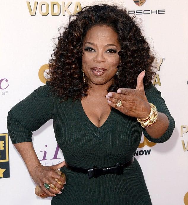 Oprah winfrey posando para una foto en una alfombra roja