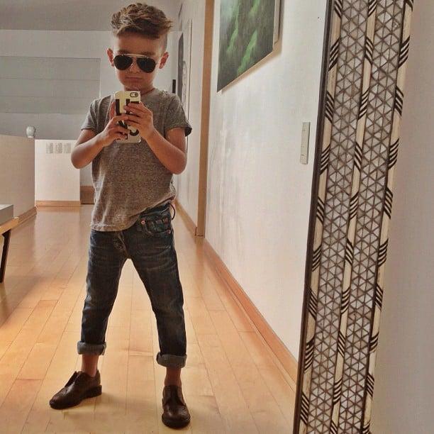 Niño parado frente a un espejo tomándose una selfie