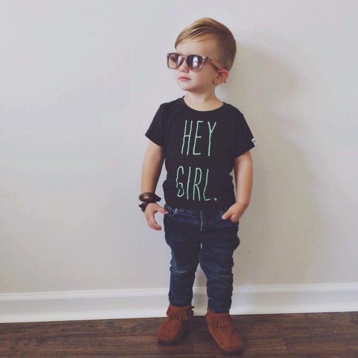 Niño con camisa negra pantalón de mezclilla y lentes obscuros