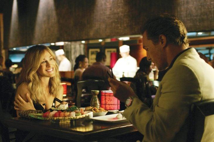 Escena de la película novia por contrato sarah jesica parker en una cena con un chico