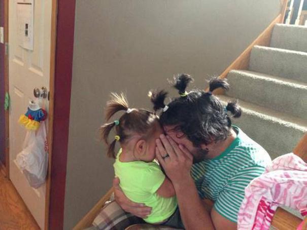papá e hija sentados en la escalera usando colas en el cabello
