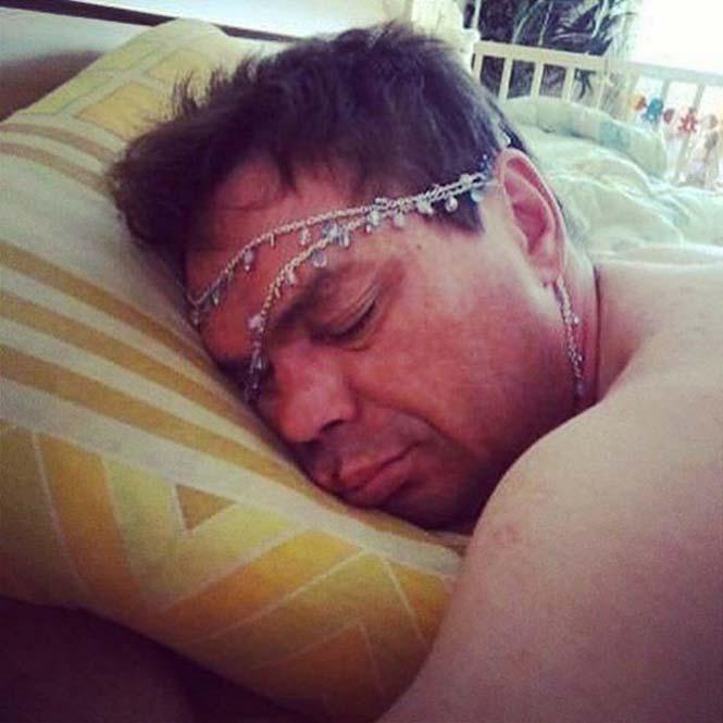 hombre dormido sobre una almohada usando accesorios en la cara