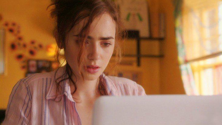 Chica hablando por skype