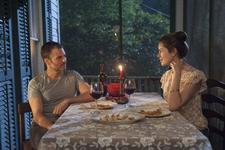 Escena de la película lo mejor de mi, pareja cenando