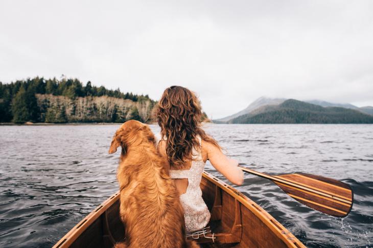 Chica en una canoa con su perro