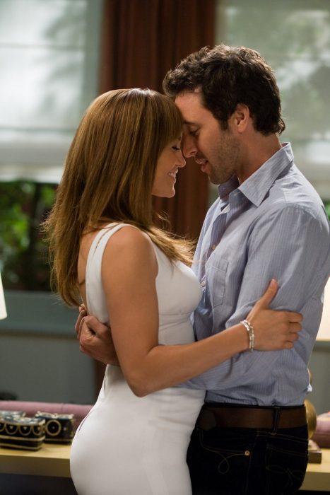 Jennifer López en escena de beso