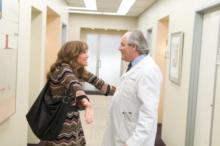 Jennifer López abrazando a un doctor