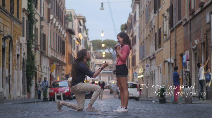 Chico hincado en una rodilla proponiendole matrimonio a una chica