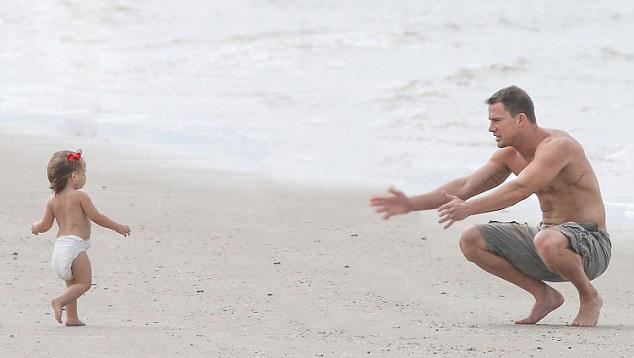 Channing tatum en la playa junto a su hija enseñándole a caminar