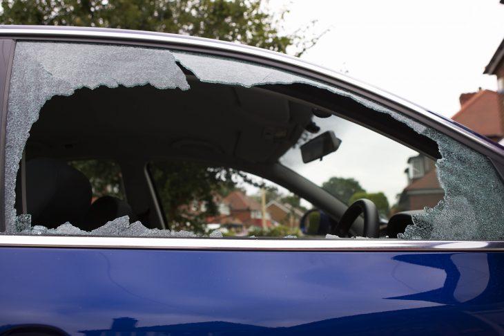 Cristal de un coche quebrado