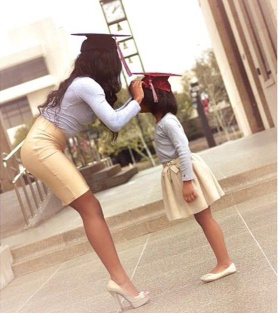 Chica con niña pequeña en graduación