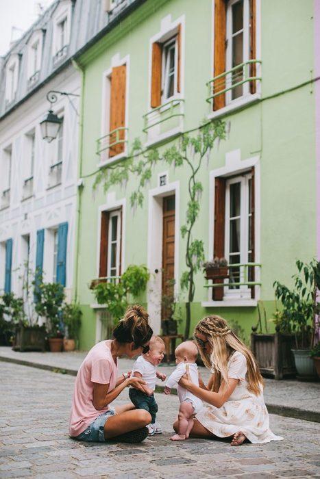 Chicas con bebés sentadas en el piso