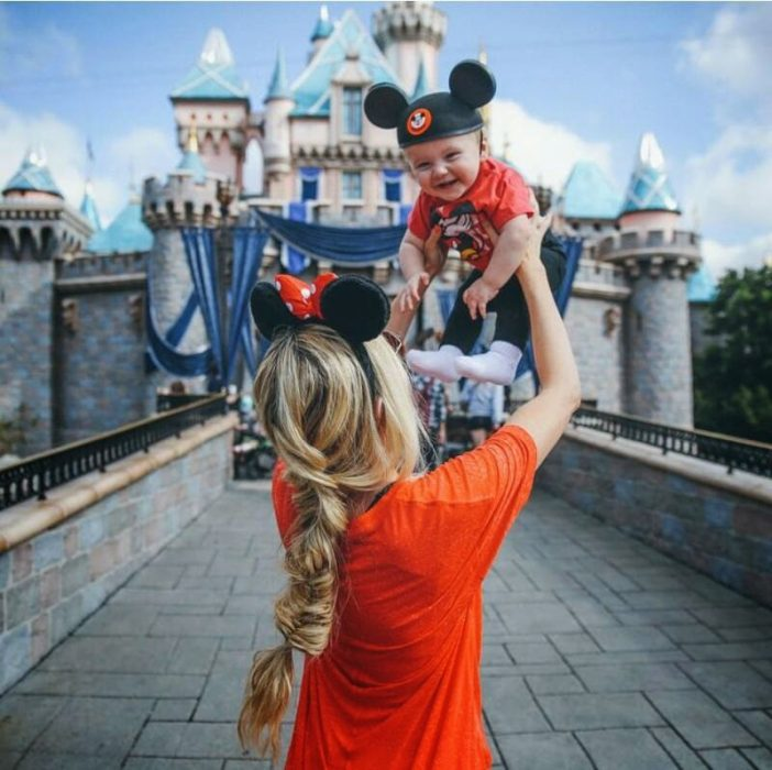 Chica y bebé en Disneyland