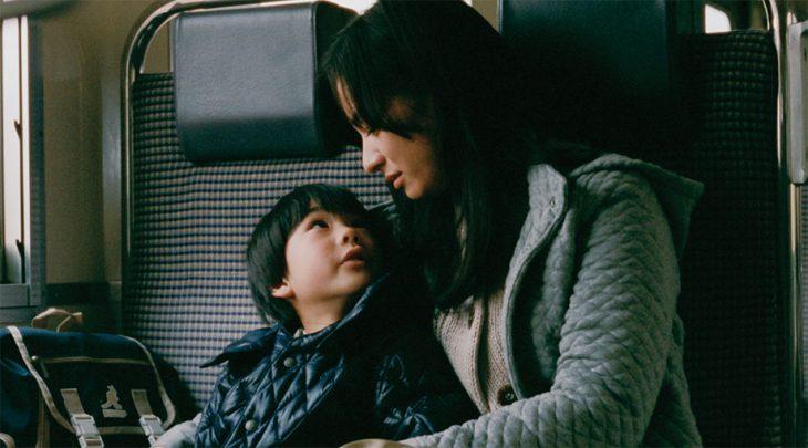 Chica y niño pequeño viajando