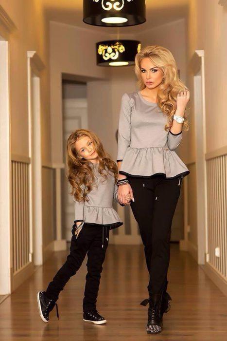 Chica y niña vestidas igual