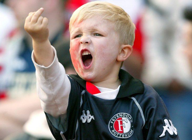 Niño parando dedo