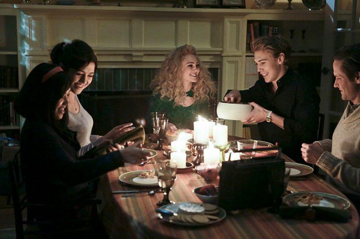 Escena de la serie Carrie Diaries familia cenando