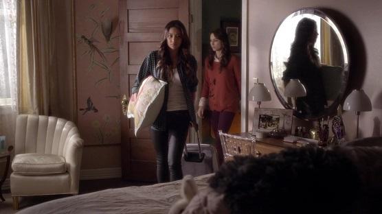 Chica con maletas llegando a la casa de otra
