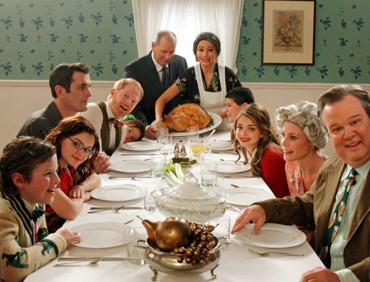 Escena de la serie modern family cena de navidad
