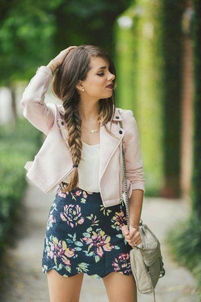 Chica luciendo una trenza clásica mientras esta parada en medio de la calle