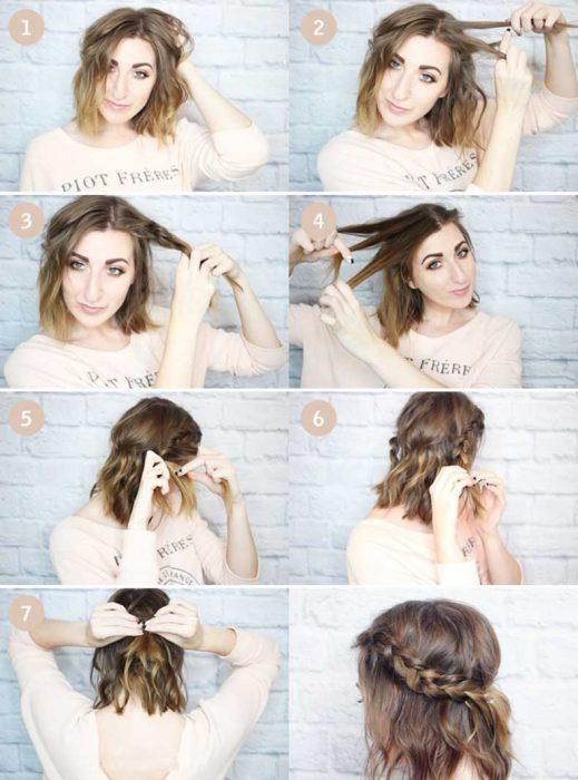 Chica haciendose una trenza con el cabello en corte bob
