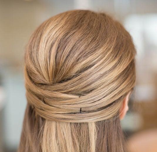 chica con el cabello sujetado por broches