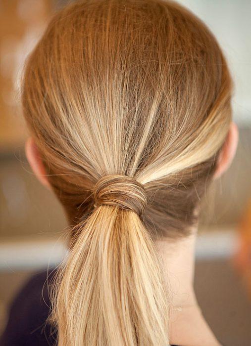 liga elástica cubierta con un pedazo de cabello