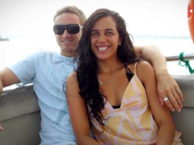 Turia Pitt junto a su novio antes del accidente sentados en una lancha sonriendo