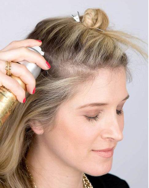 Chica poniendo mousse en su cabello