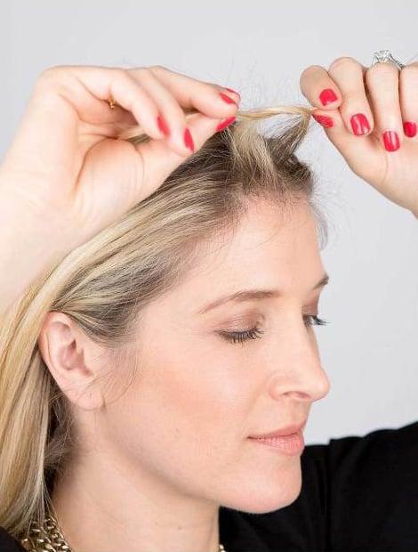 Chica atando su cabello en dos partes