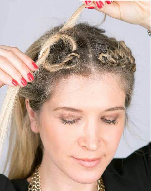 Chica atando su cabello en nudos