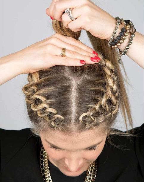 Chica haciendo una cola de caballo en su cabello