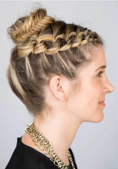 chica modelando una trenza en su cabello