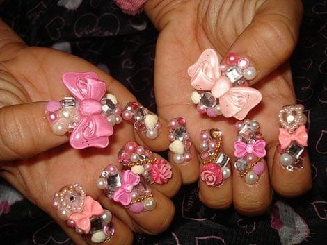 uñas con perlas moños y piedras decorándolas