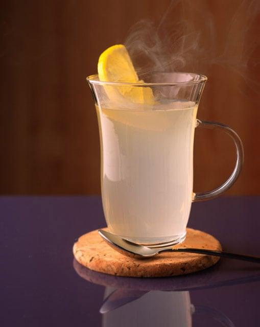 taza de agua caliente con limón