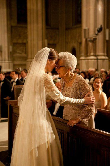 Abuela parada frente a su nieta mientras ambas están hablando