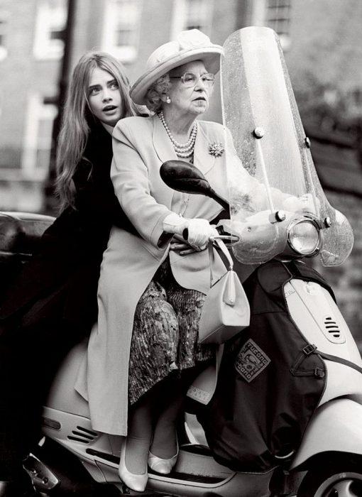 Nieta y su abuela mientras andan en motocicleta